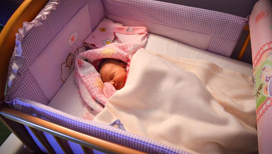 Anastazja łóżeczko śpi